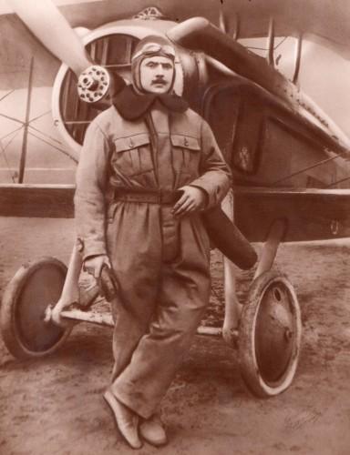 Alfred Bredeloux devant son SPAD VII en 1917 ou 1918.jpg